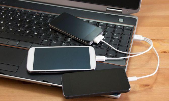 Le téléphone se charge via USB