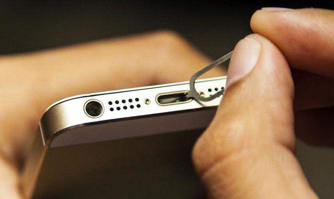 Čistí soket smartphonu