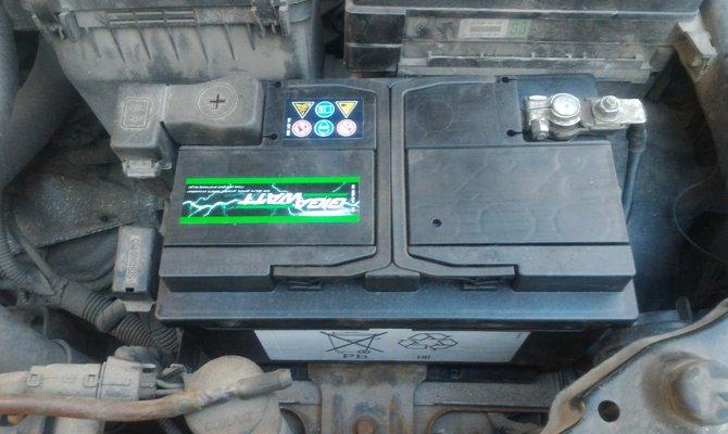 Batterie installée sous le capot