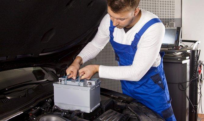 Installiert die Batterie im Motorraum