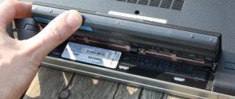 Vyjímá baterii z notebooku