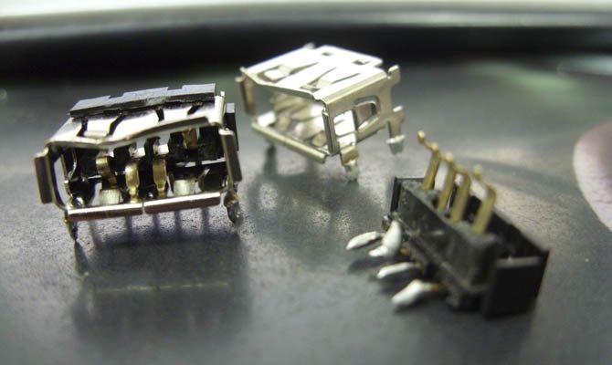 nefunkční USB konektory